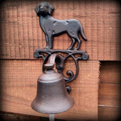 dzwonek żeliwny na deskach