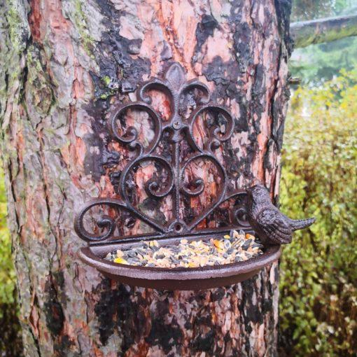 karmnik żeliwny na drzewie do powieszenia