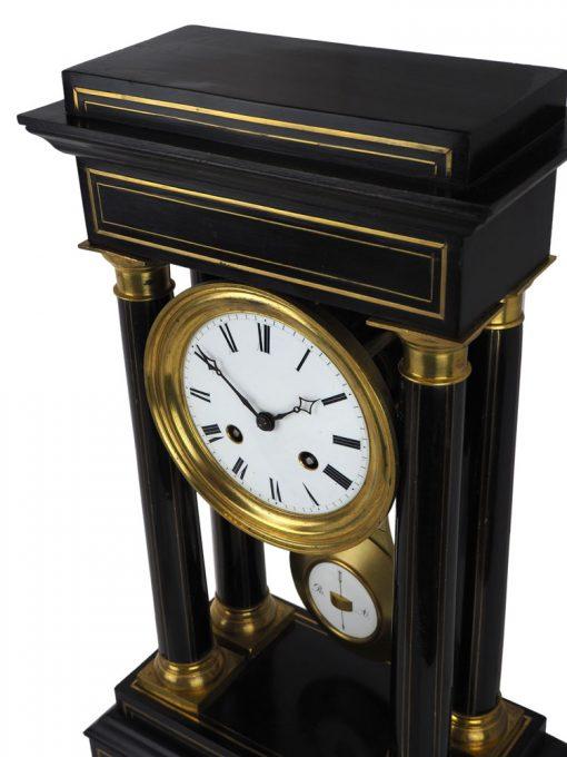 Miedziane zdobienia drewnianej obudowy zegara