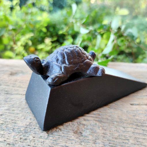 Stoper do drzwi w kształcie żółwia odlany z żeliwa.