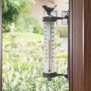 Termometr ścienny z ozdobą w kształcie ptaka zamocowany na zewnątrz