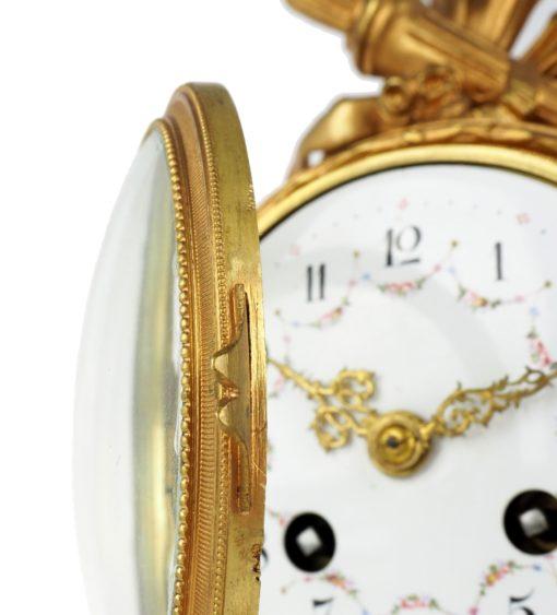 wypukłe szkło w ramce zegara