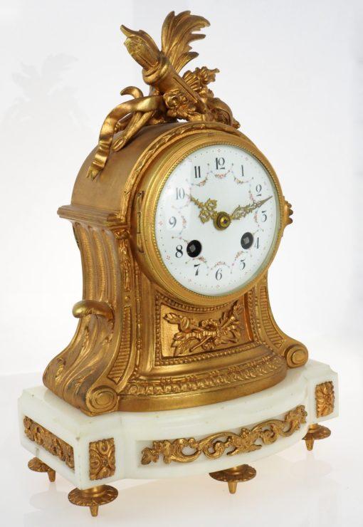 zegar na białym marmurze