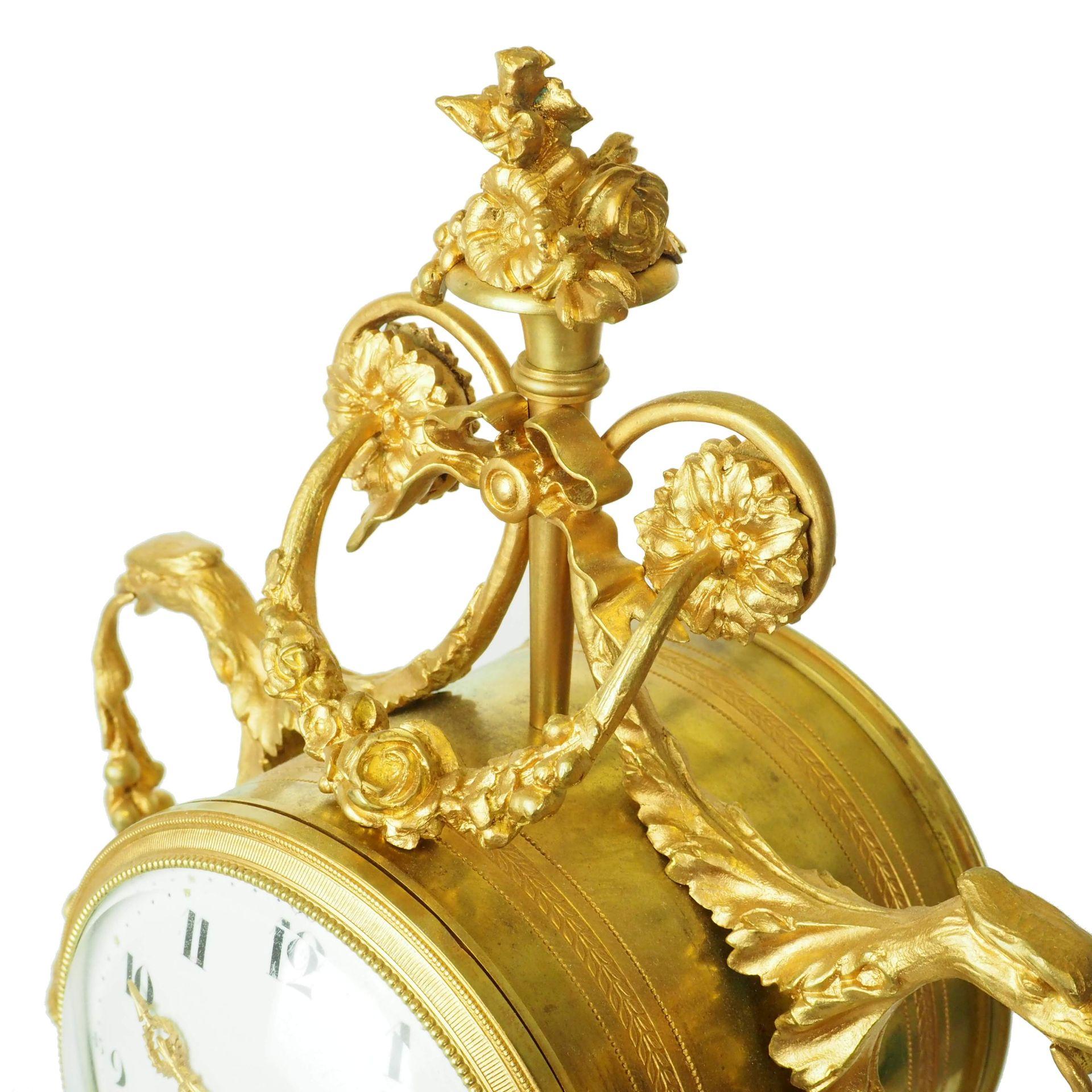zegar biało różowy z detalami z ok 1855 roku
