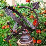 Ogrodowy zegar słoneczny z żeliwa.