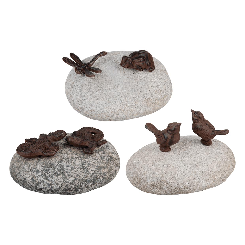 figurki zeliwne na kamieniu