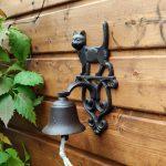 Dźwięczny dzwon żeliwny z kotkiem.